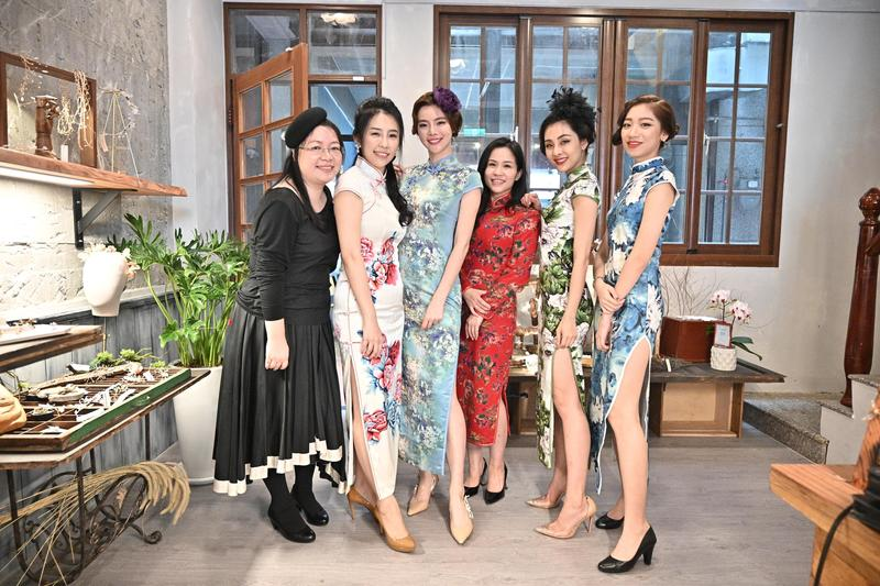 模特兒身著旗袍在大台北地區最富有人文色彩的大稻埕走秀宣傳,為大稻埕舊城區注入時尚活血。