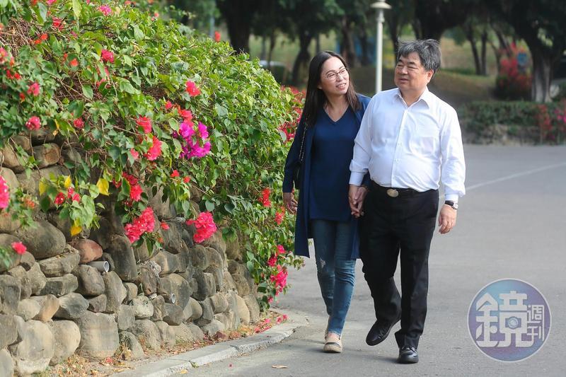 五福旅行社董事長許順富與妻子陳珮璘感情很好,走路總是手牽著手。