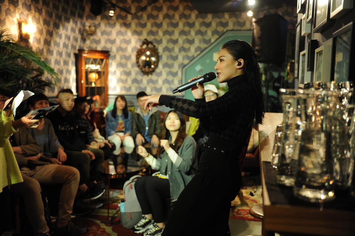 在Abrazo擁抱餐酒館、貓下去敦北俱樂部時,擠爆現場的群眾太熱情,艾怡良讓全場high翻。(EMI環球提供)