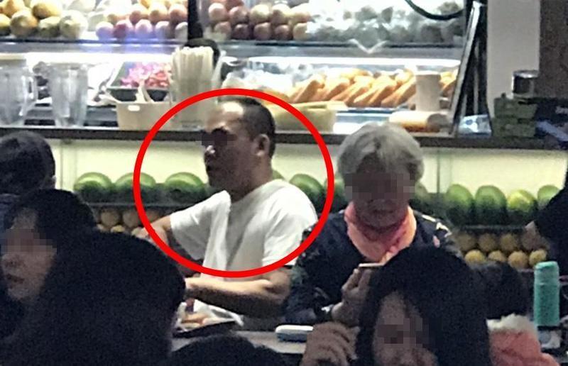 於台北101伺機行竊的中國大陸籍竊盜集團,著白衣者正伺機行竊。(警方提供)