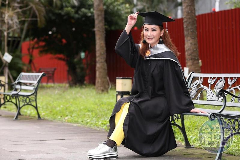 陳亞蘭苦熬近兩年,最近終於要碩士畢業了。