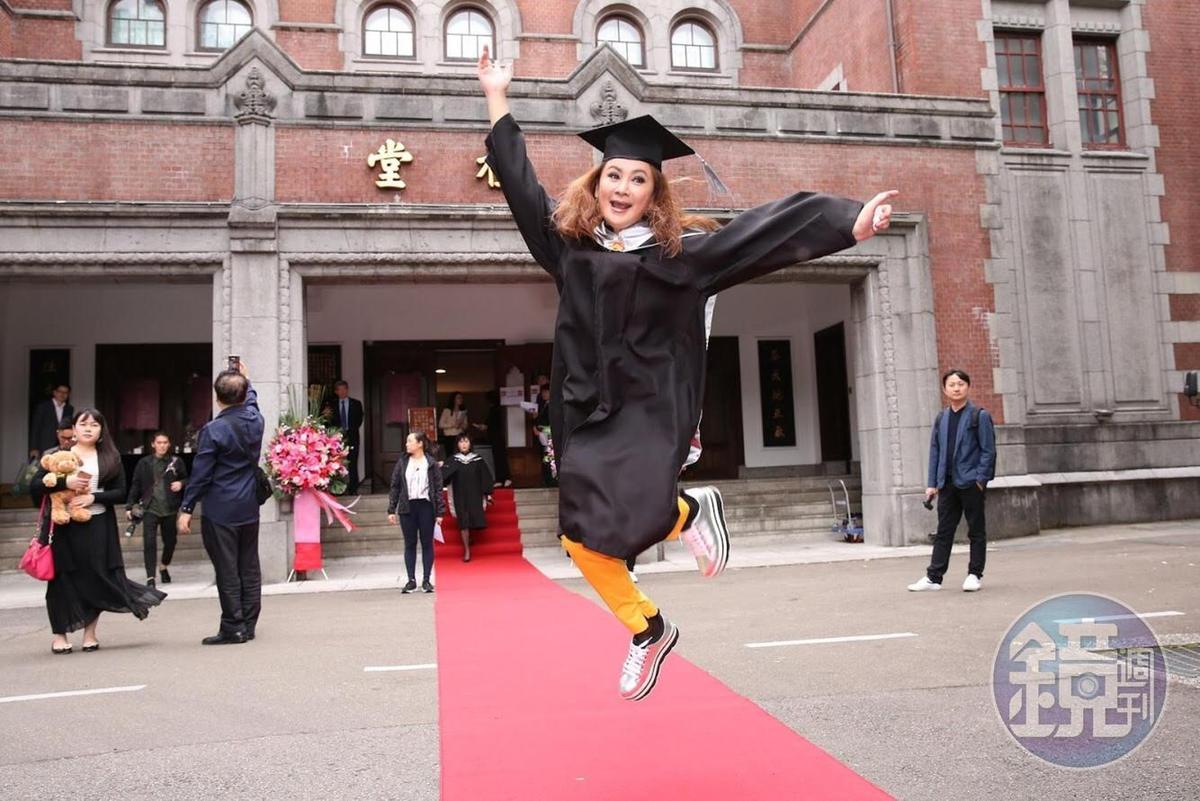 陳亞蘭今參加畢業典禮,開心到跳起來。