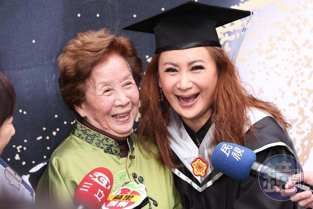 陳亞蘭的媽媽今現身她的畢業典禮,讓她很感動。