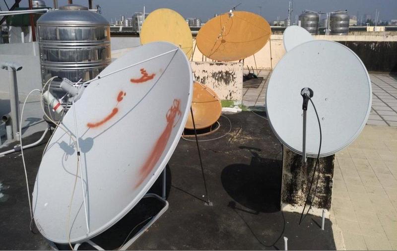 台南一處民宅的數位機上盒非法訊源機房衛星天線。(警方提供)