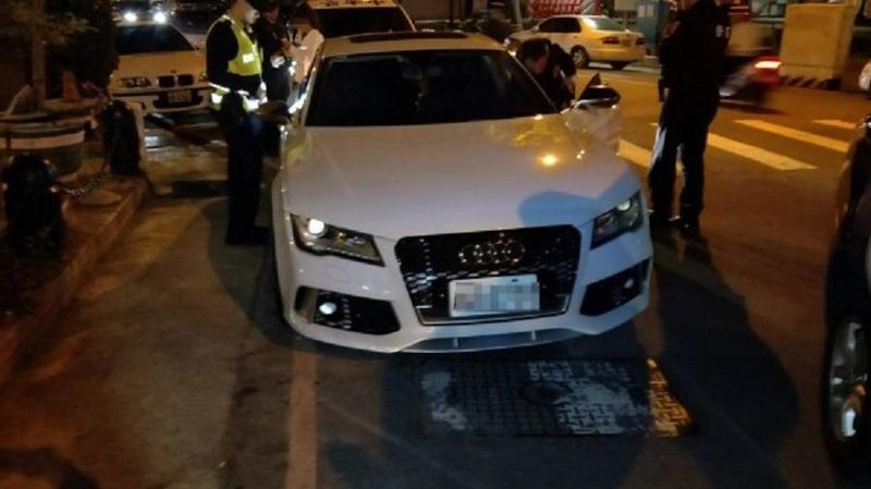 林女(車後白衣者)下體鼓起一大包,員警一度誤認是變裝的男人。