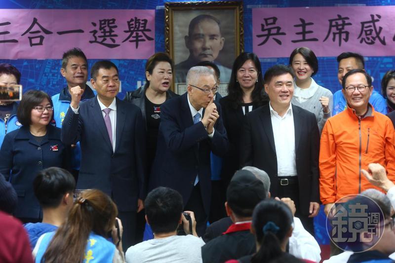 吳敦義致詞完,台下高喊選總統,吳為了避嫌,做出噤聲的動作。