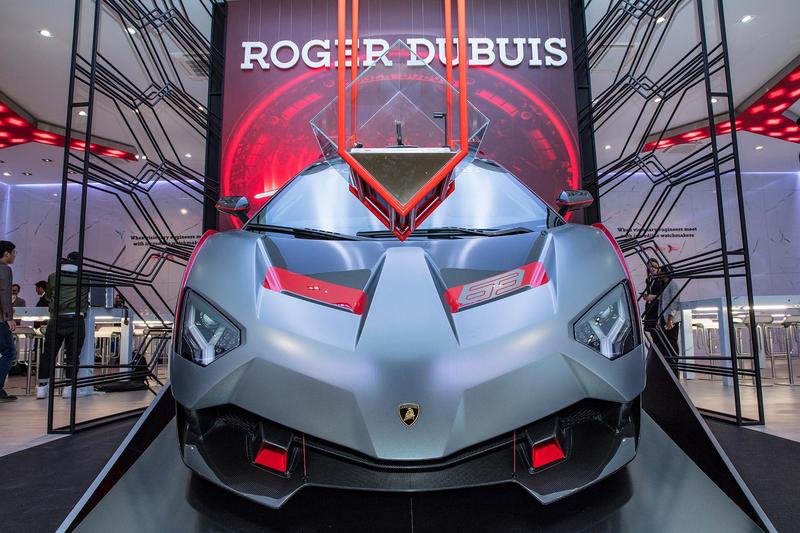 ROGER DUBUIS 在2019 SIHH展間內,放著一輛LAMBORGHINI最新推出的SC18 Alston超跑。
