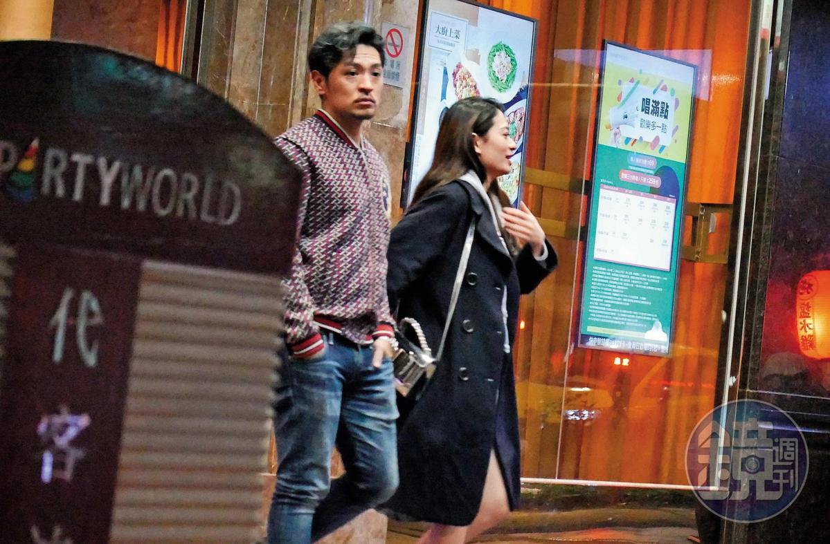 1月4日01:52,凌晨接近2點,夢多帶著一名疑似新歡的長髮正妹,歡唱完步出台北市東區錢櫃。