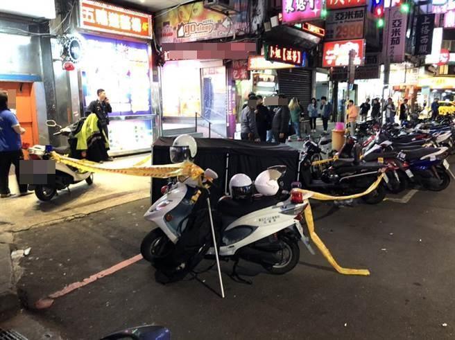 一名疑為久病厭世的趙姓女子於西門盯大樓跳樓殞命,警方封鎖現場進行調查。(翻攝畫面)