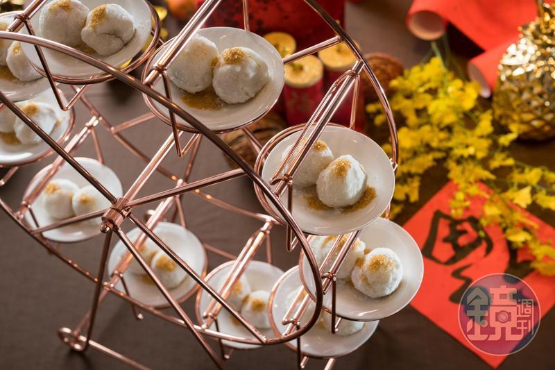 台南也有摩天輪,「金銀圓棗」以糯米糰包入棗泥餡酥炸,裹上糖粉和金箔,甘甜香軟。(走春宴初四菜色)