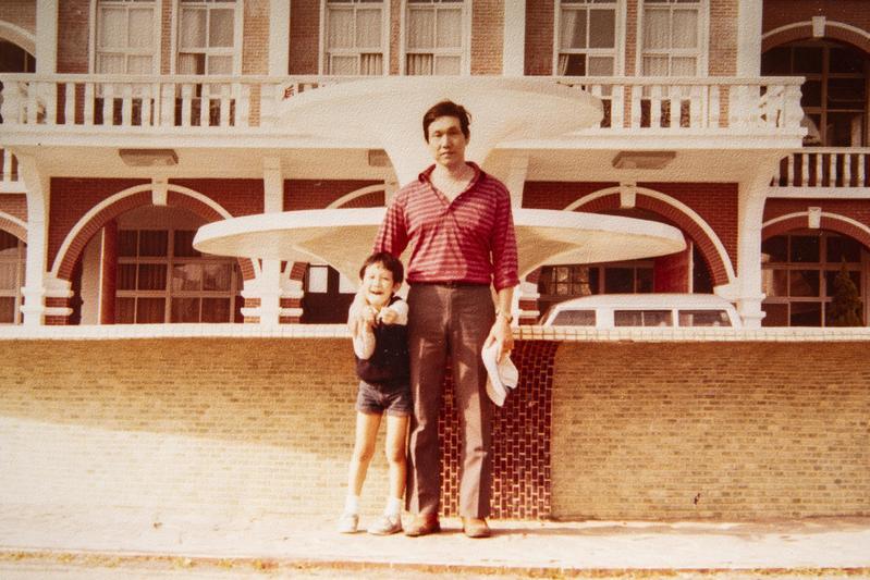 父親(右)一直是程銘志(左)背後重要的支持,相簿裡有很多入選球隊之前的出遊照,入選後相簿裡只剩各種比賽照片了。(程銘志提供)