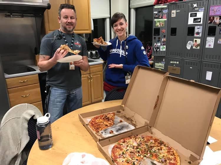 緬因州波特蘭的航空管制局收到來自加拿大的打氣披薩,航管人員相當感動,與披薩合照貼上管制中心臉書,感謝加拿大同業的暖心舉動。(PWM ATCT)