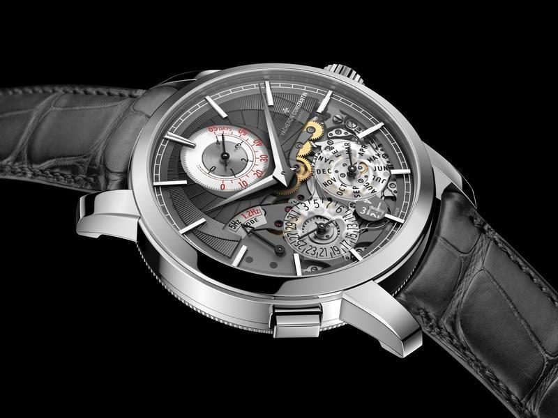 江詩丹頓在SIHH上發表這枚世界首見的萬年曆腕錶,擁有5赫茲與1.2赫茲二種振頻的擒縱結構。二種模式可以自由切換,而利用低頻擒縱擺輪更可以節省動力,手錶可運行達65天,以保持萬年曆的持續運行,無需調校。可以說是錶壇最具創新概念的複雜功能腕錶。功能:時、分指示;萬年曆日期、月分、閏年顯示;動力儲存顯示;雙重運行模式切換;機芯:手上鏈機芯;定價約台幣680萬元。