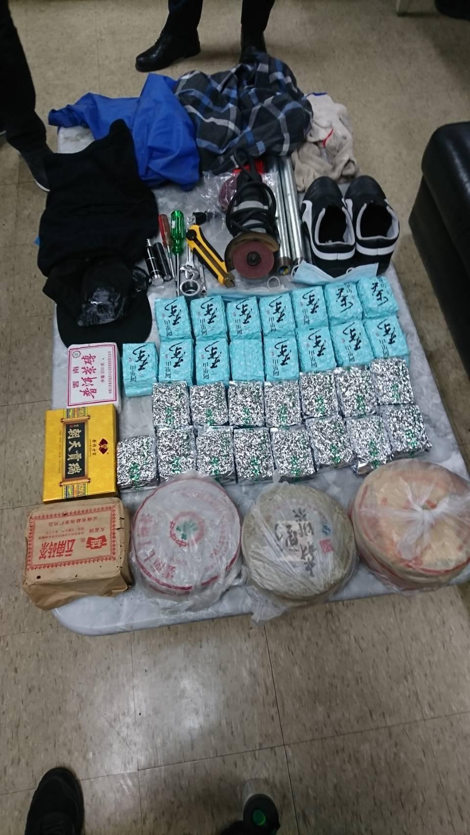 鄧姓慣竊的作案工具以及失竊的茶磚。(警方提供)