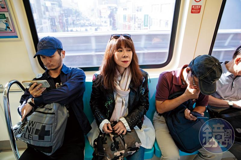 近年陳玉慧(中)因拍攝電影, 有較長的時間住在台灣, 由於長期住在德國、法國, 台灣對她來說有一股異域感。(攝影王漢順)