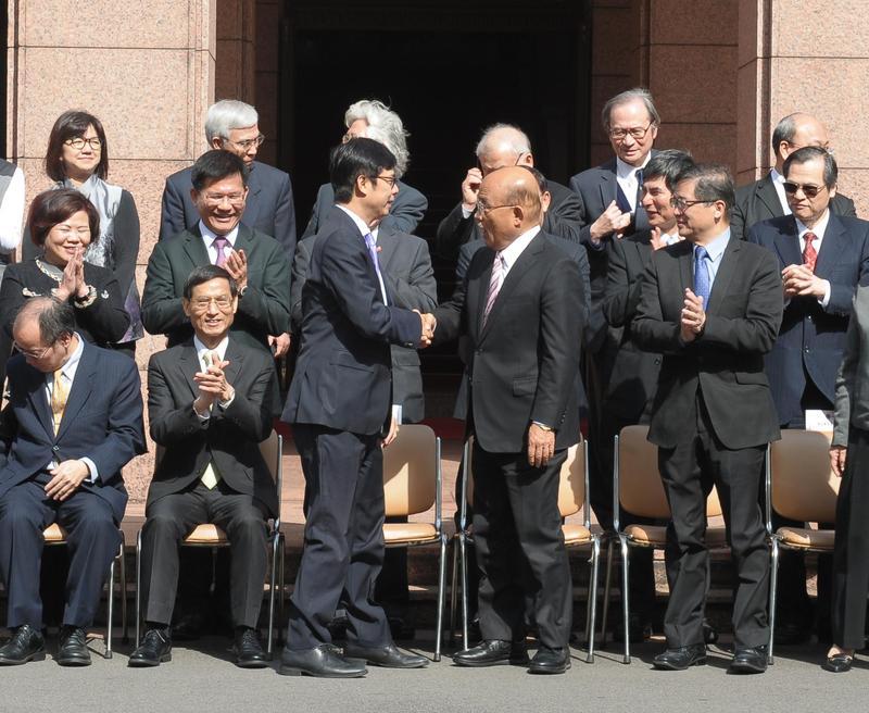 新任行政院長蘇貞昌今天在首次行政院會上,要閣員跟進的直播時代,並稱可以向副院長陳其邁學習。(行政院提供)