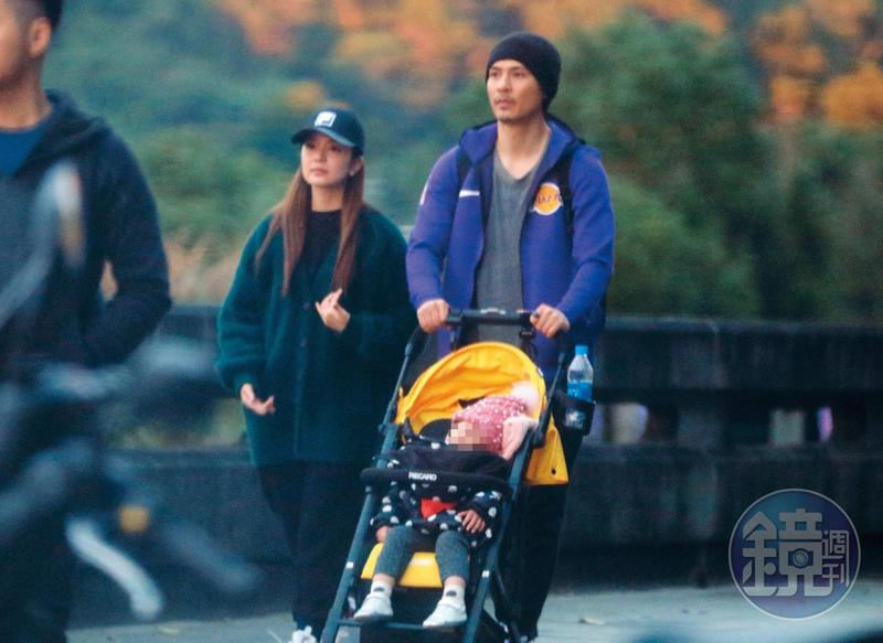1月9日17:04,周渝民(右)、喻虹淵(左)夫婦難得合體亮相,帶著女兒逛台北市木柵動物園,他一身休閒打扮,還蓄了短鬍。