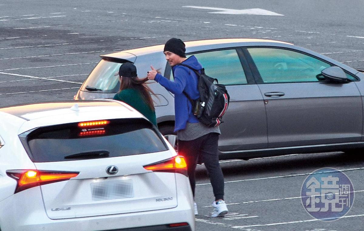 17:19,周渝民(右)一家先是跟同行友人在停車場比讚告別,接著開新買的百萬休旅車離開,結束一天的動物園親子遊。