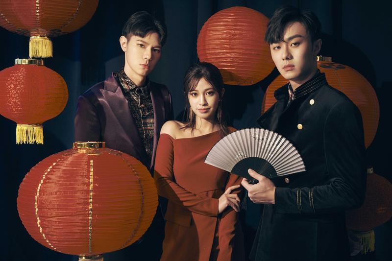 吳珝陽(左起).陳敬宣和施柏宇進棚拍攝團拜照片。(伊林娛樂提供)