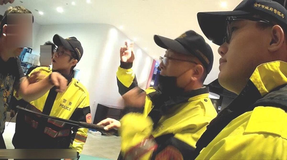 鬥毆的年輕人隔著警察還嗆聲。(警方提供)
