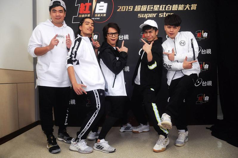 當紅的YouTuber跨界組團「七月半」攻蛋演出,成員包括蔡哥(左起)、阿傑、HOWHOW、馬叔叔、蔡阿嘎。(台視提供)
