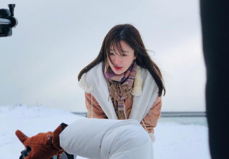 秦嵐在北海道拍攝寫真,氣溫寒冷,讓她有點招架不住。(翻攝新浪娛樂)