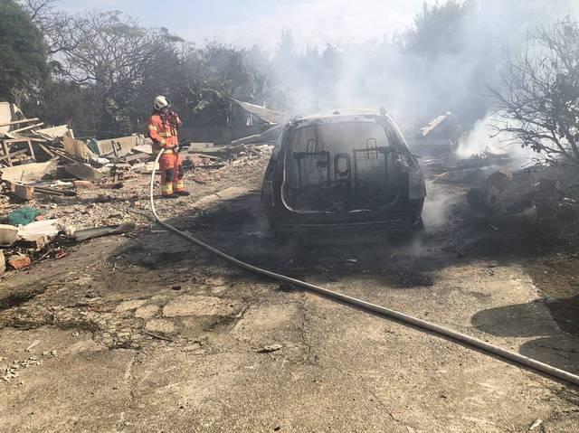 消防人員前往灌救10分鐘後,火勢受到控制,清理火場卻驚見車內有2具焦屍。(消防局提供)