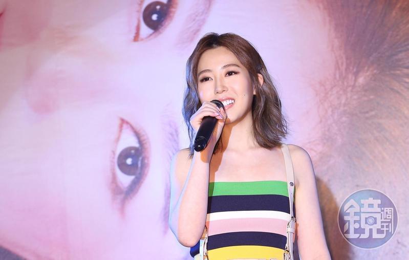 「蘿琳亞塑身衣」千金唐芯今天舉辦單曲《黏你》發佈記者會,整首詞曲都是由她自己創作。
