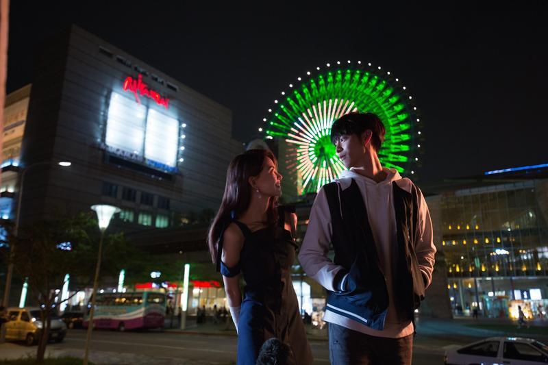 昆凌與曹佑寧在《叱咤風雲》扮演一對青梅竹馬的好朋友,但片中也不乏對視及浪漫的摩天輪場景。(創映電影、量能影業提供)