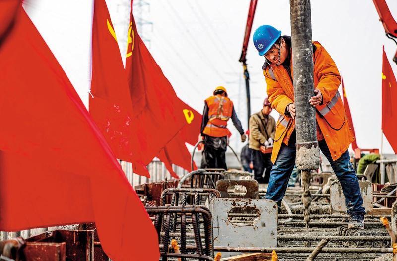 中國官方雖重談「住房不炒」的原則,但基調溫和許多,對水泥、鋼鐵等原材料及中小型房地產商是利多。(東方IC)