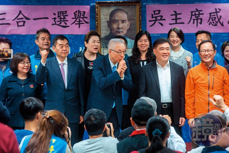 吳敦義出席台北市感恩茶會時被拱選總統,為避嫌連忙比出噓的手勢。