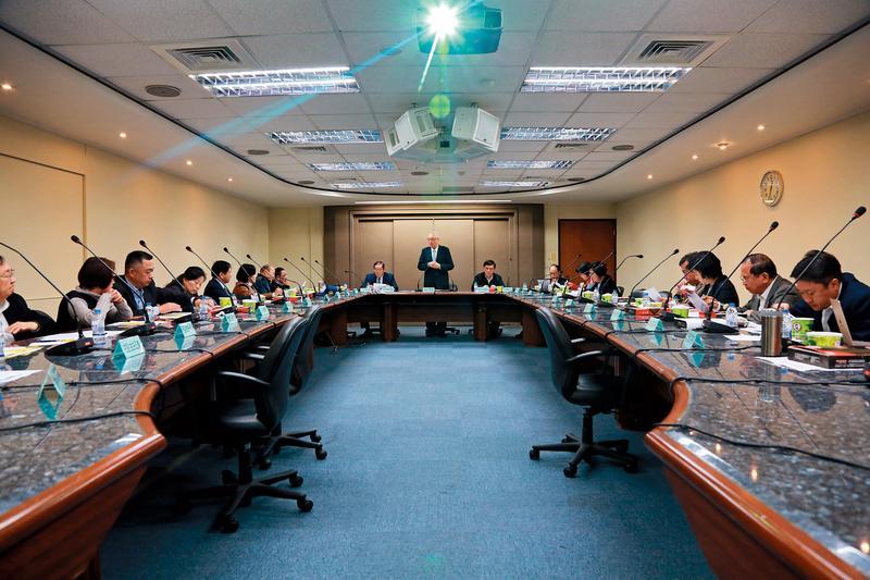 吳敦義邀請15位黨籍縣市首長便當會,意在確立黨內兩岸話語主導權。(國民黨提供)
