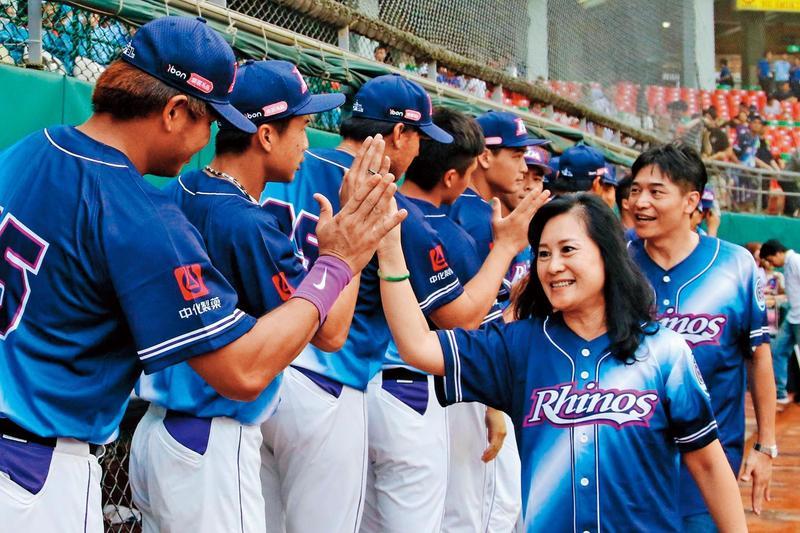 已故教練徐生明的遺孀謝榮瑤(前右),每年舉辦「徐生明盃少棒」,頂新固定贊助經費。(翻攝義大犀牛臉書)