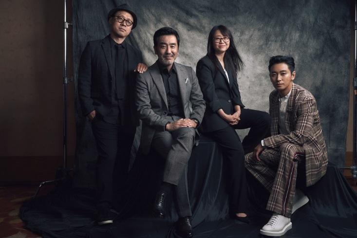 導演金成勳(左1)與編劇金銀姬(右2)攜手打造首部Netflix韓國自製戲《李屍朝鮮》,並找來朱智勛(右1)、柳承龍主演。(Netflix提供)