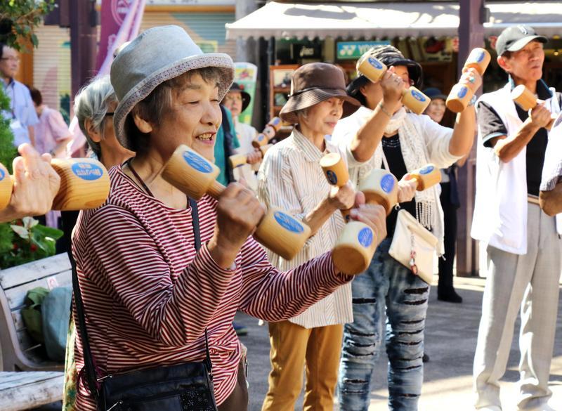 因應勞動力不足,日本政府積極鼓勵退休人士和老年人重回職場。(東方IC)