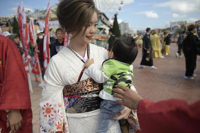 日本女性就業一直有M型化現象,20多歲是高峰,30多歲有了孩子後往往就回歸家庭。如今這現象已有所改變。(東方IC)