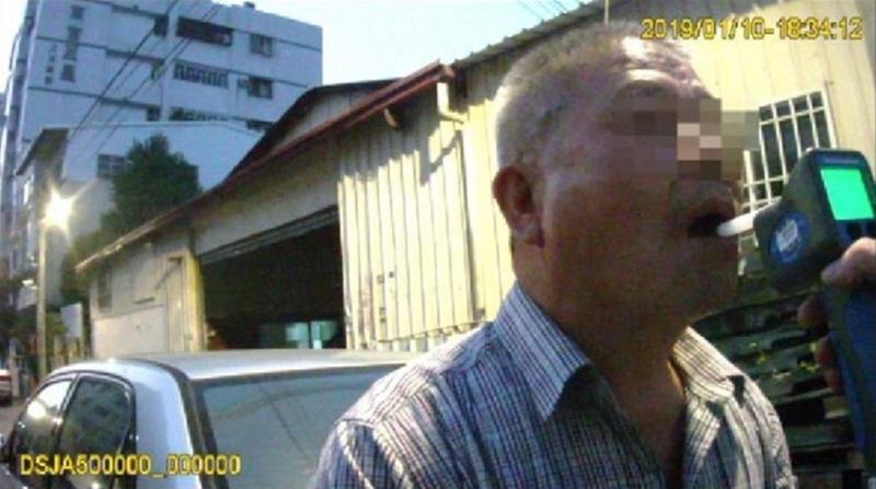 李男被制伏後還是得乖乖接受酒測。(警方提供)