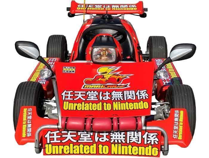 MariCAR新的車身塗裝布滿「任天堂は無関係」「 Unrelated to Nintendo」超大字樣。(翻攝自MariCAR官網)