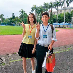 金凱德(左)原是景美女中的學生,在校園的一舉一動都頗受注意。(翻攝自金凱德臉書)
