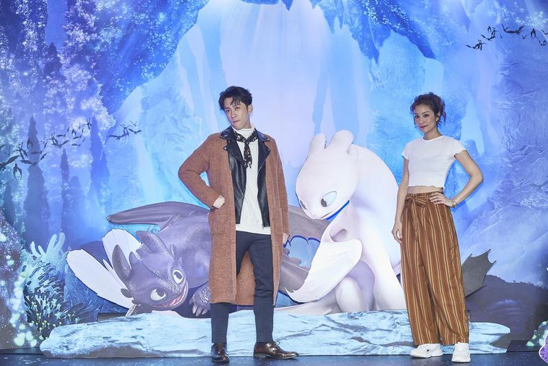 陳漢典(左)與莎莎不只為《馴龍高手3》配音,也一起替「《馴龍高手3》綠幕體驗屋」揭幕站台。(UIP提供)