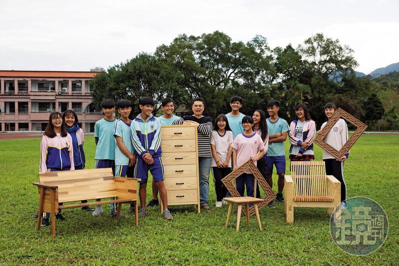 王嘉納(左7)與「玉東卡本特」木工班學生拍下合照,學生常暱稱他「爸爸」,他們像是一個大家庭。