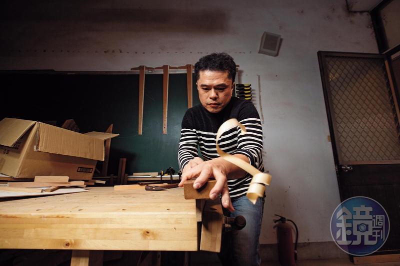採訪那天,有畢業學生來電請王嘉納協助收集材料,他馬上刨起木條,要給學生做服裝設計材料。