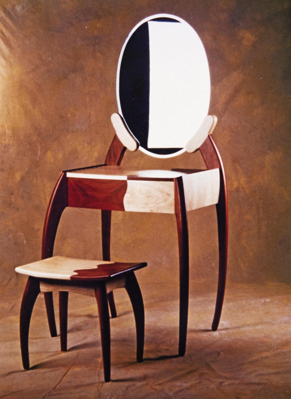 這組梳妝台是王嘉納大二的作品,他說,作品以女性為發想,利用楓木和花梨木組合,作品名不能說,因是以當時女友命名。(王嘉納提供)