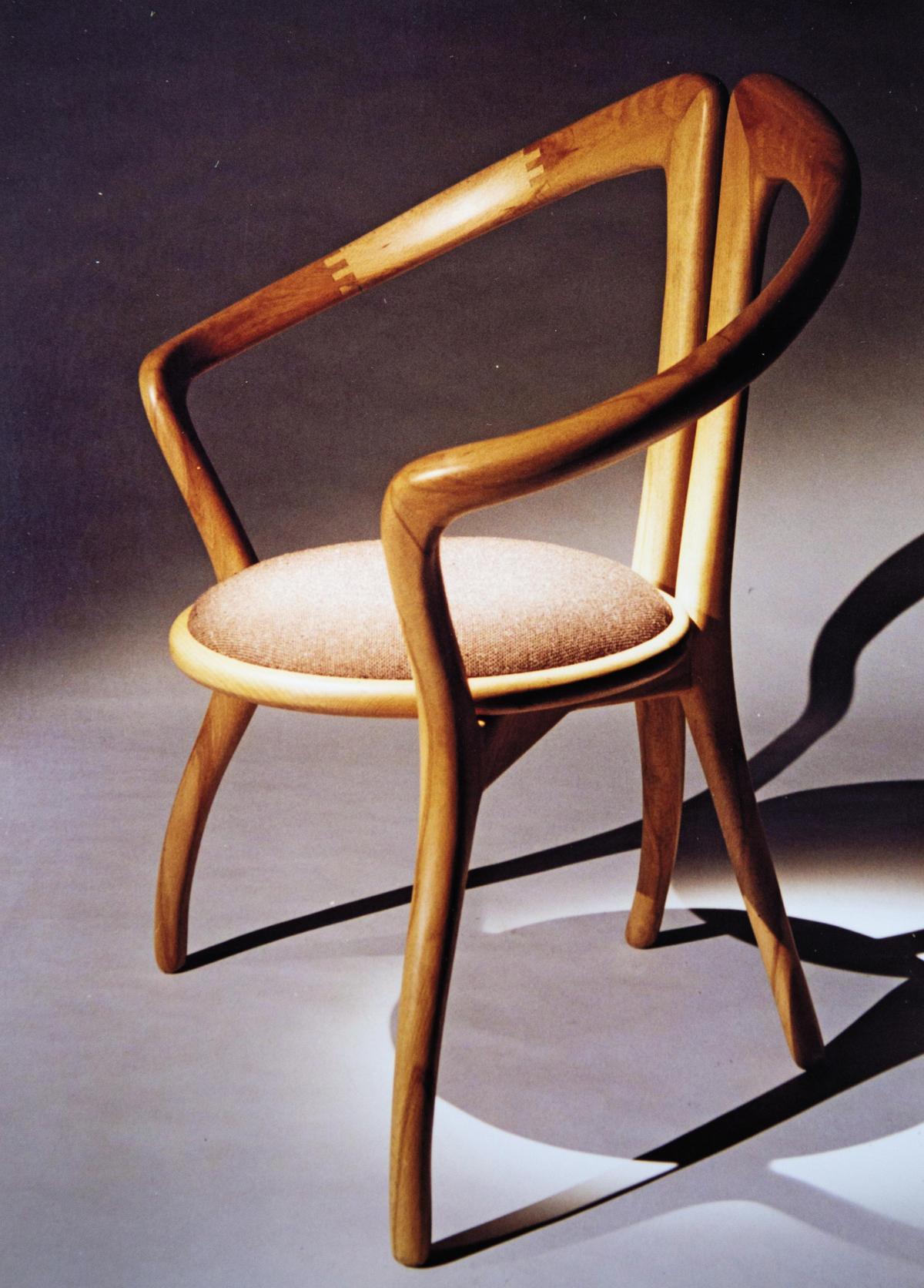 王嘉納大三時做的座椅,有日本社長想下訂2,000張,「那就8,000萬元!」但他只高興1秒,「因為手工無法量產,但我好有成就感。」(王嘉納提供)