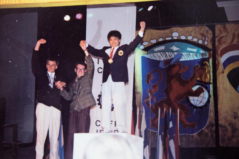 王嘉納(右)就讀台北工專時獲荷蘭阿姆斯特丹國際技能競賽雙料金牌,拍下這張照片前3天,他剛過22歲生日。(王嘉納提供)