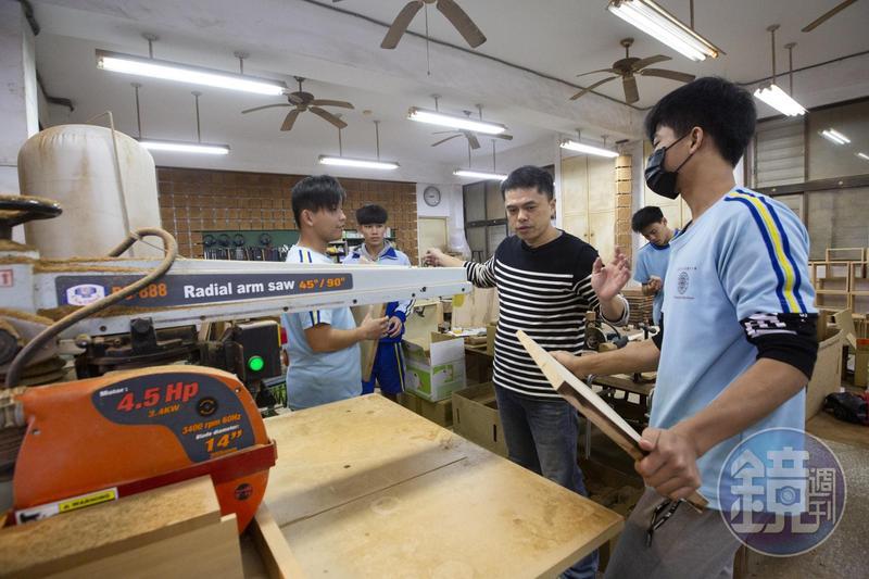 王嘉納(中)期待未來打造實驗教育中學,讓學生從國中開始學習的木工專業,未來不會中斷,可以繼續興趣領域。
