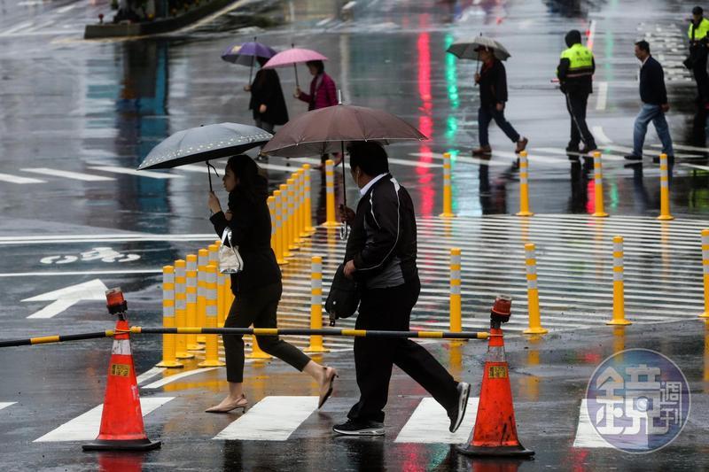今天北部及東北部有陣雨,中南部和東部有局部陣雨。