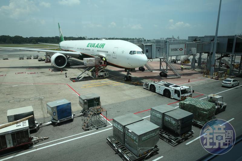長榮航空傳出有空姐被男性乘客逼要幫忙擦屁股的離譜事件。