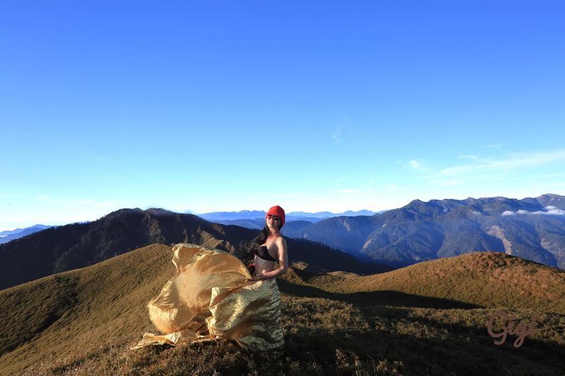 登山界頗具盛名的吳姓女山友「G哥」,因登頂後總會換穿比基尼拍照,讓許多人不僅讚賞她的登山實力,也欣賞她姣好的身材。但日前她卻因登山失足落谷,目前救難人員入山搶救中。(圖翻攝自G哥比基尼的高山足跡)