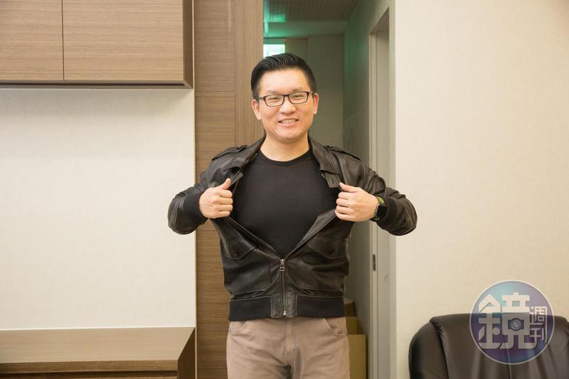 童仲彥從大學時便有健身習慣,舊照是他大四時在舍宿裡拍的身材照。我們要求他脫掉上衣重現當年樣貌,他在乎形象,只願擺個相似的姿勢,拒絕脫衣。